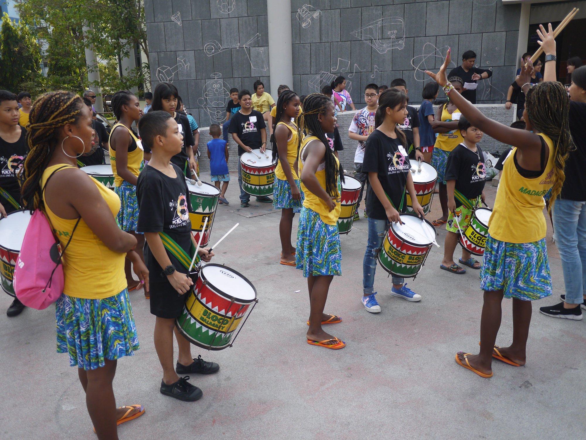 Les échanges interculturels continuent pour la Bloco Malagasy, direction: le Cambodge. 