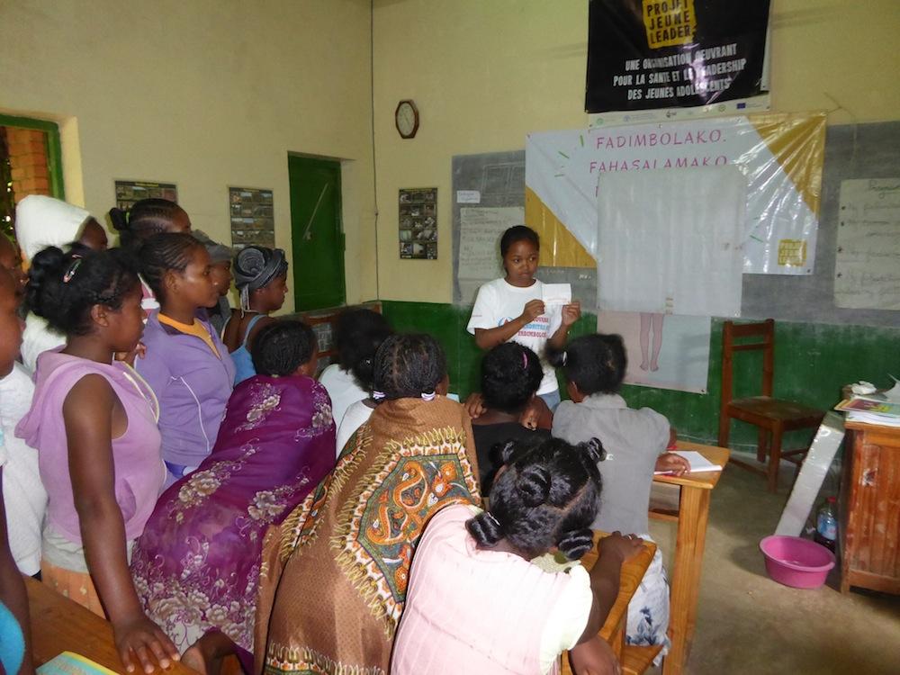 Les filles de la Ferme École de Tambohomandrevo sont formées sur l'hygiène menstruelle