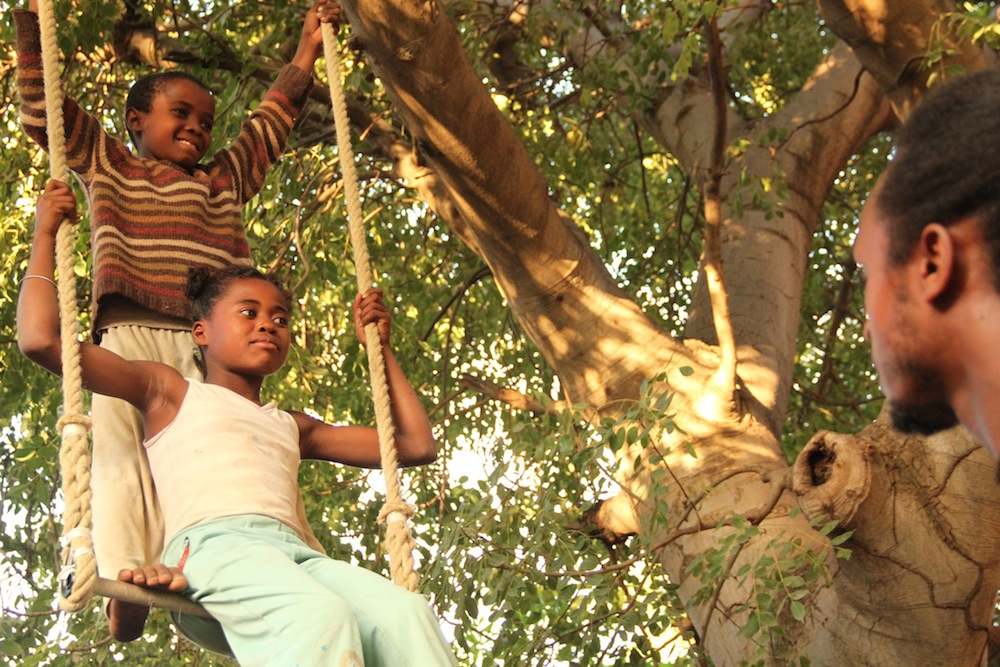 Les acrobates de Tuléar découvrent le cirque autour du trapèze