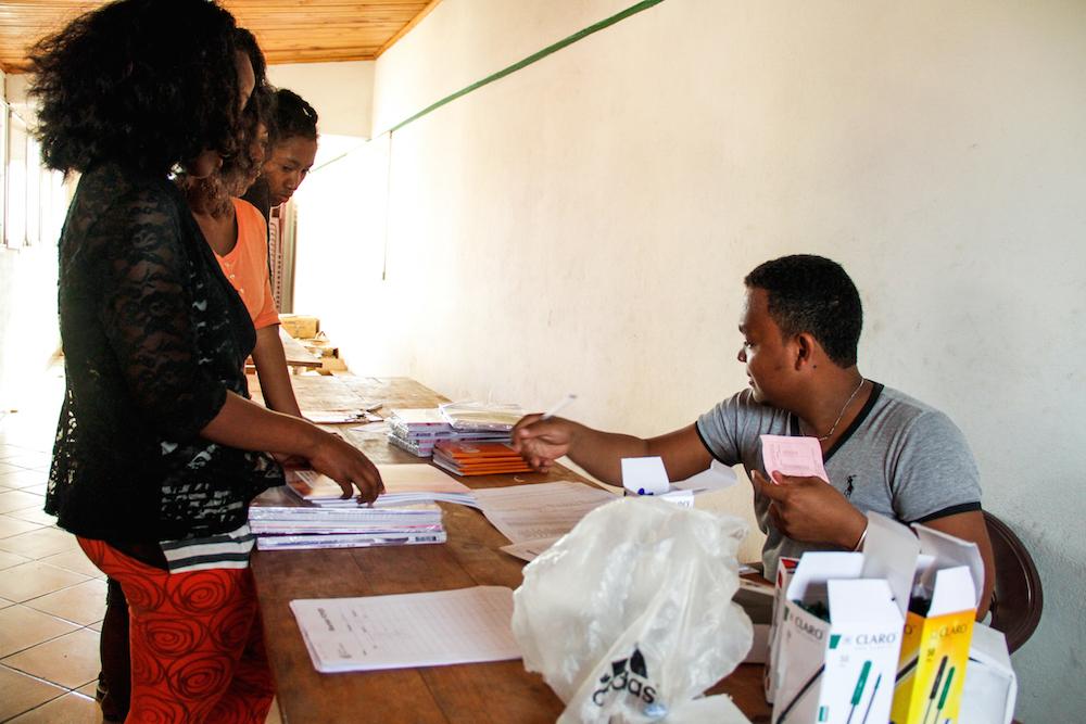 Les boursiers d'Eau de Coco reçoivent leurs kits scolaires