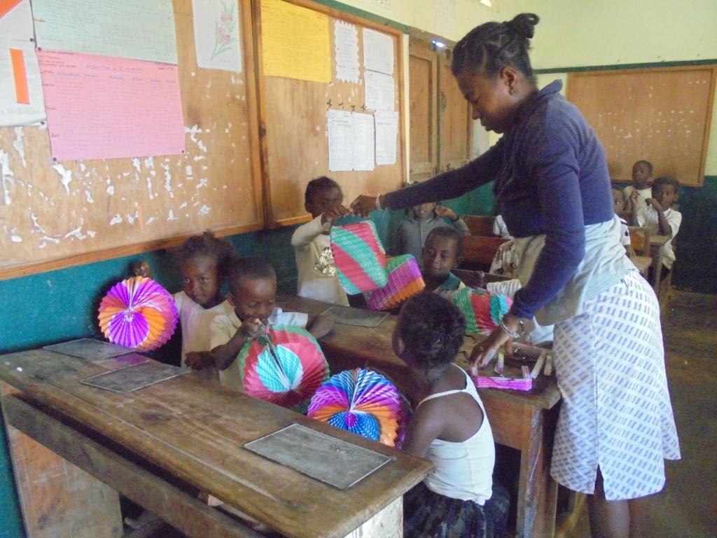 Distribution des lampions à la veille de la fête de l'indépendance malgache